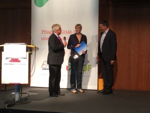 Klaus Notz (Vorstandsmitglied der DGF und Juror), Nina-Sophia Lampe (1.Preis), Hr. Müller (PULSION Medical Systems SE)